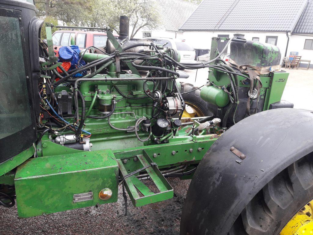 John Deere 3650 med demonterade kylare och hydraulpump